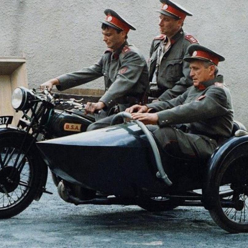 Četnické humoresky, které vznikly v produkci České televize navázaly na úspěšné Hříné lidi z města pražského. První série byla natočena v roce 1997.