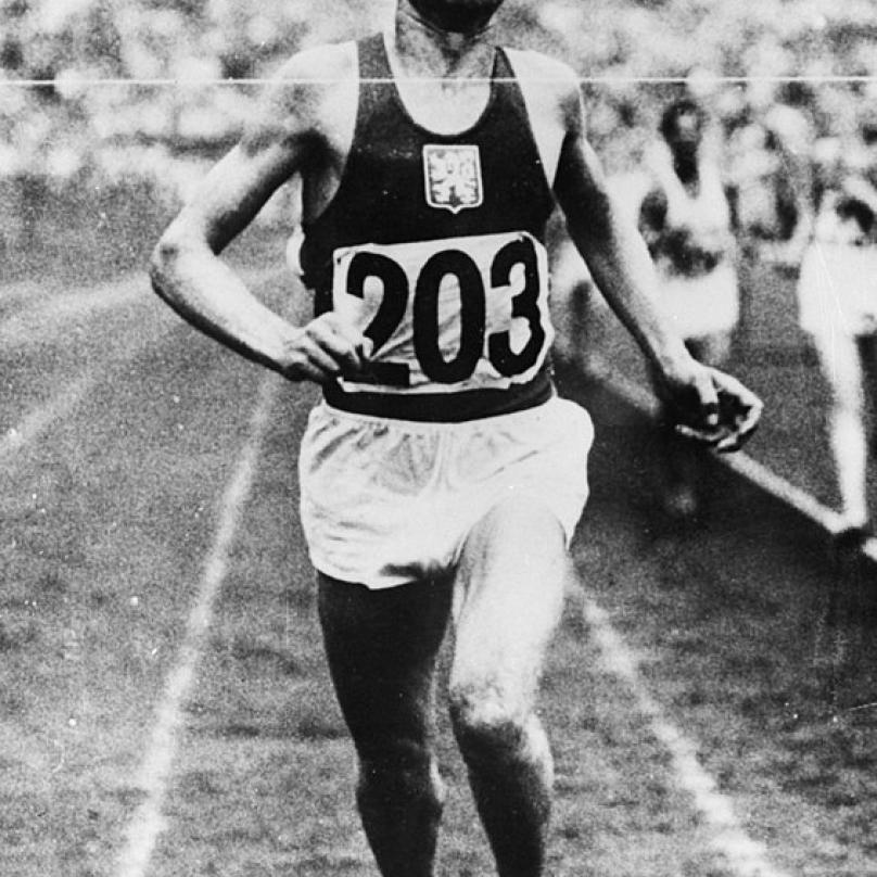Finišující Emil Zátopek. Na olympijských hrách v Helsinkách v roce 1952 dosáhl na zlatý hattrick. Vyhrál běh na 5 km, 10 km i maratón.