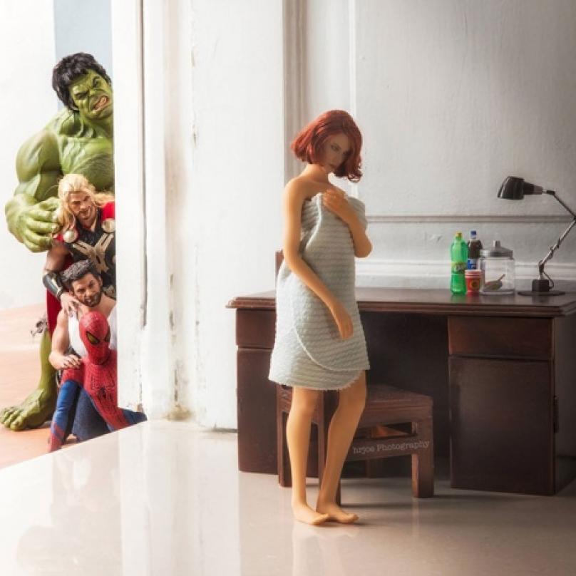 Vdovy šmírujeme nejradši. Šmírování Černé vdovy, kterou proslavila hlavně její filmová verze v podání Scarlett Johansson. Kdo by se nepodíval? Dokonce přišli i Spider-Man a Wolverine.