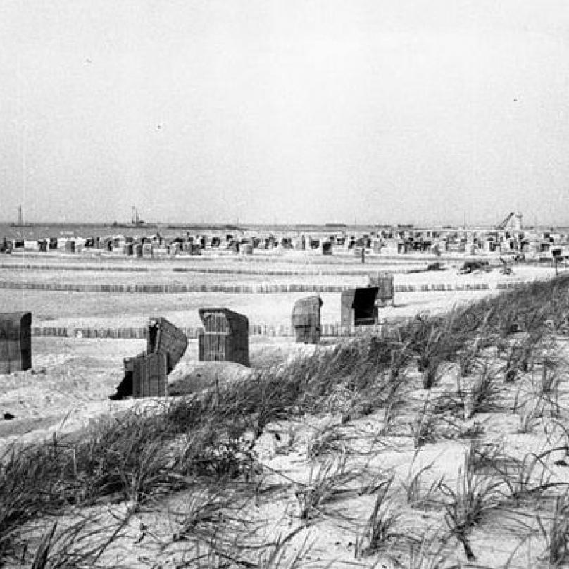 Pohled na pláž Baltského moře nedaleko Warnemünde v červenci 1949.