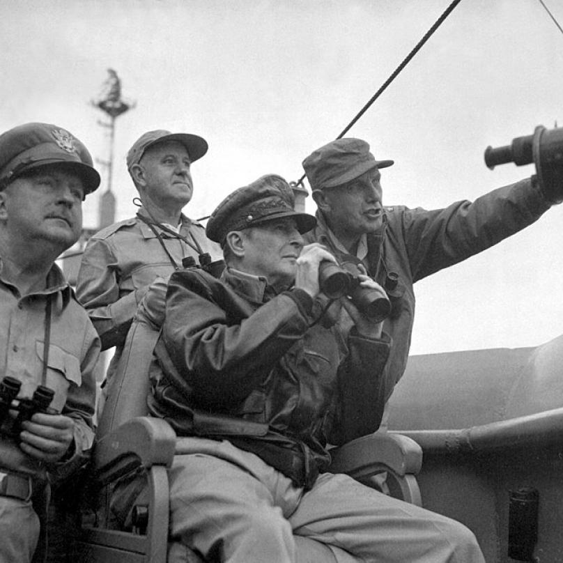 Generál Douglas MacArthrur (sedící) během vylodění u města Inčchon.
