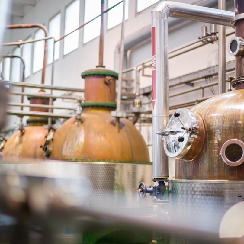 Klasická měděná destilační kolona