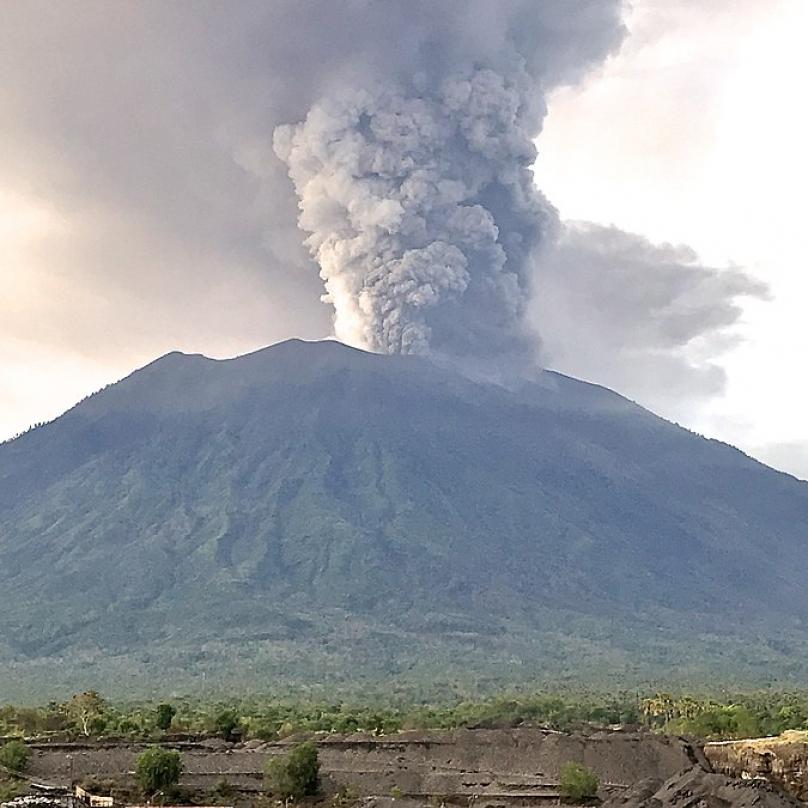 Popel, který sopka chrlila, ohrožoval leteckou dopravu. Muselo být zrušeno velké množství letů.