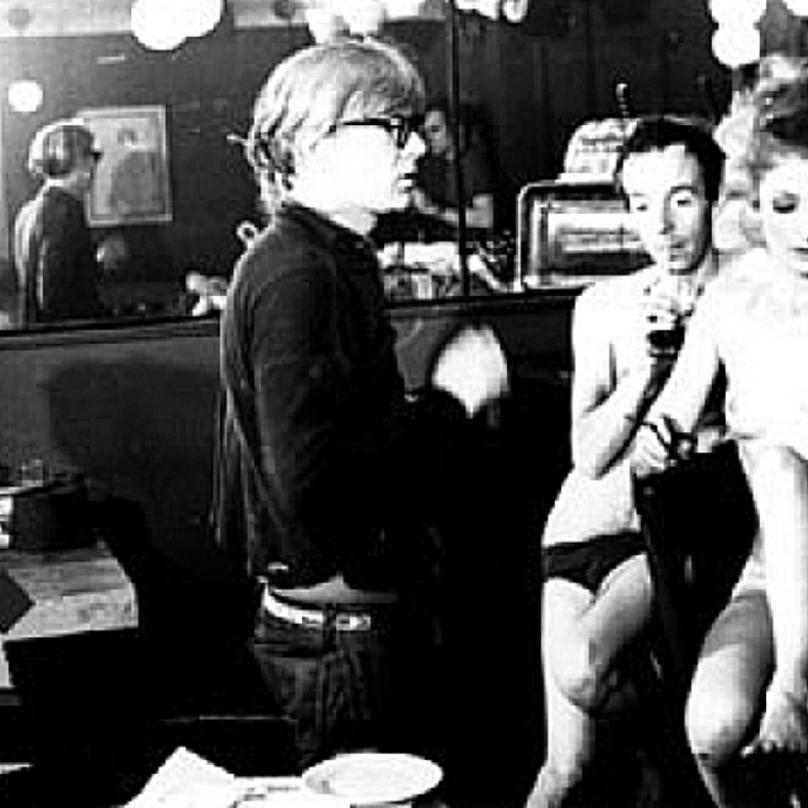 Andy Warhol a jeho herci během natáčení The Nude Restaurant.