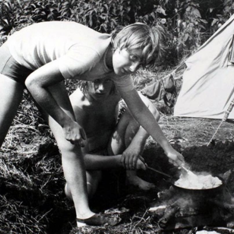 Angela jako mladá tábornice. Historický snímek z roku 1973.