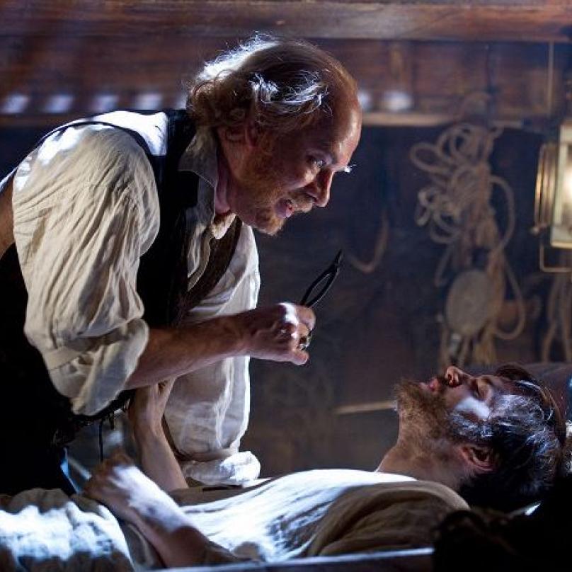 Atlas mraků a Tom Hanks v další z mnoha rolí. Tentokrát jako lékař. Na snímku s je Jim Sturgess.