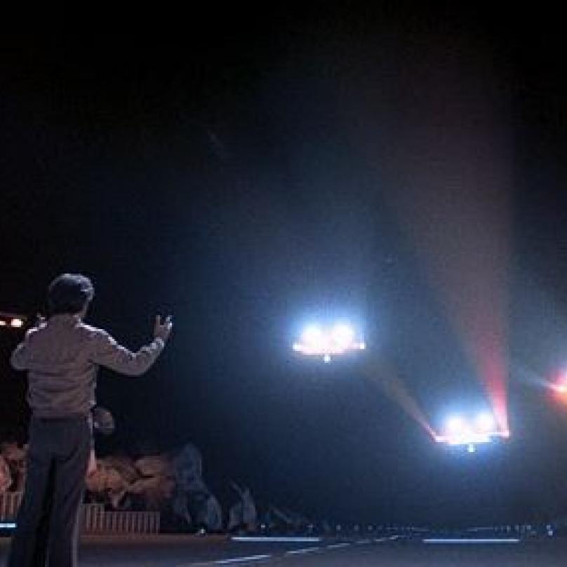 Film Blízká setkání třetího druhu podle vlastního scénáře natočil režisér Steven Spielberg. Film inspirovaný pozorováním UFO. Jeden z hrdinů spatří prapodivná světla na noční obloze...