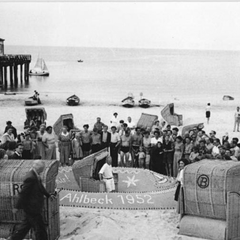 """Ahlbeck 1952. Dovolená na pobřeží Baltského moře. """"Právo na práci - právo na odpočinek. Pracující obyvatelé NDR čerpají nové sily pro plnění pětiletého plánu a zachování míru."""""""