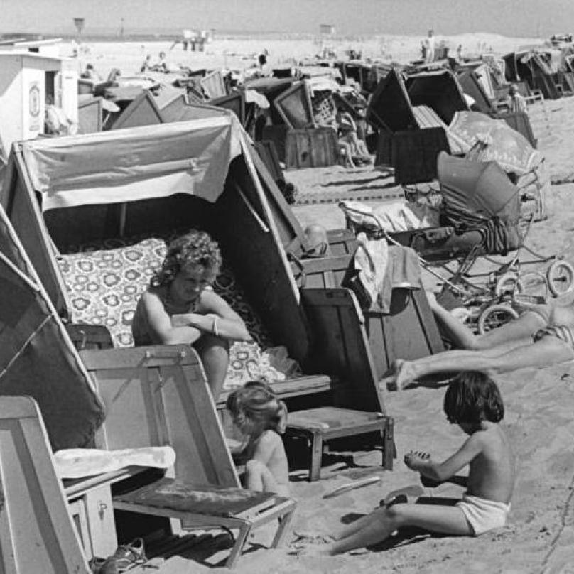Opalování za slunného dne na pláži nedaleko Warnemünde v roce 1987.