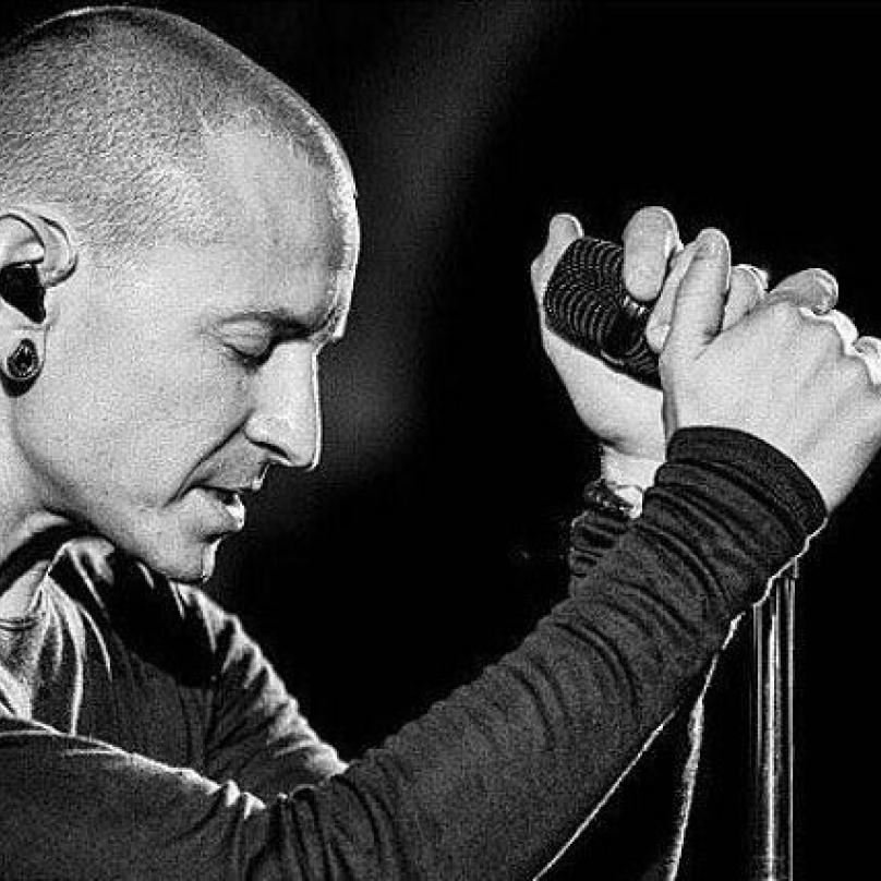 Zpráva o smrti základního kamene skupiny Linkin Park zasáhla celý hudební svět.