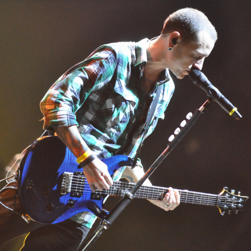 Chester hrábl do strun své modré kytary.