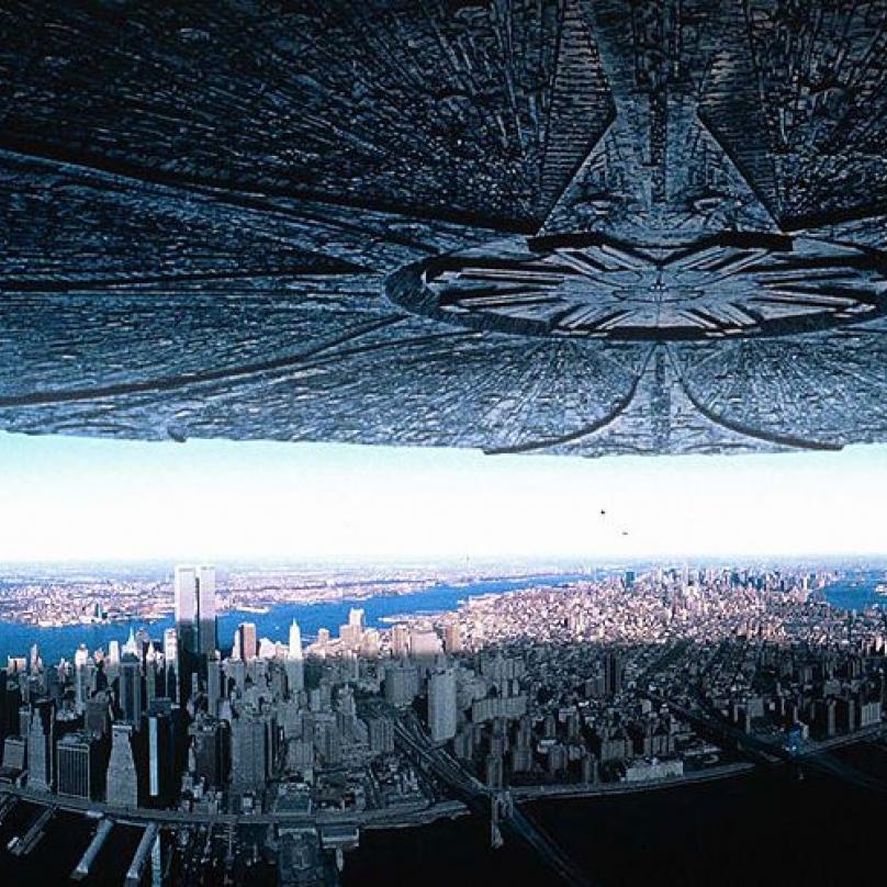 Den nezávislosti - velkofilm Rolanda Emmericha o příletu obrovských mimozemských lodí, které napadnou Zemi. Mimozemšťané disponují drtivou sílou a lidstvo a není vůbec připraveno. Podaří se lidstvu přežít?