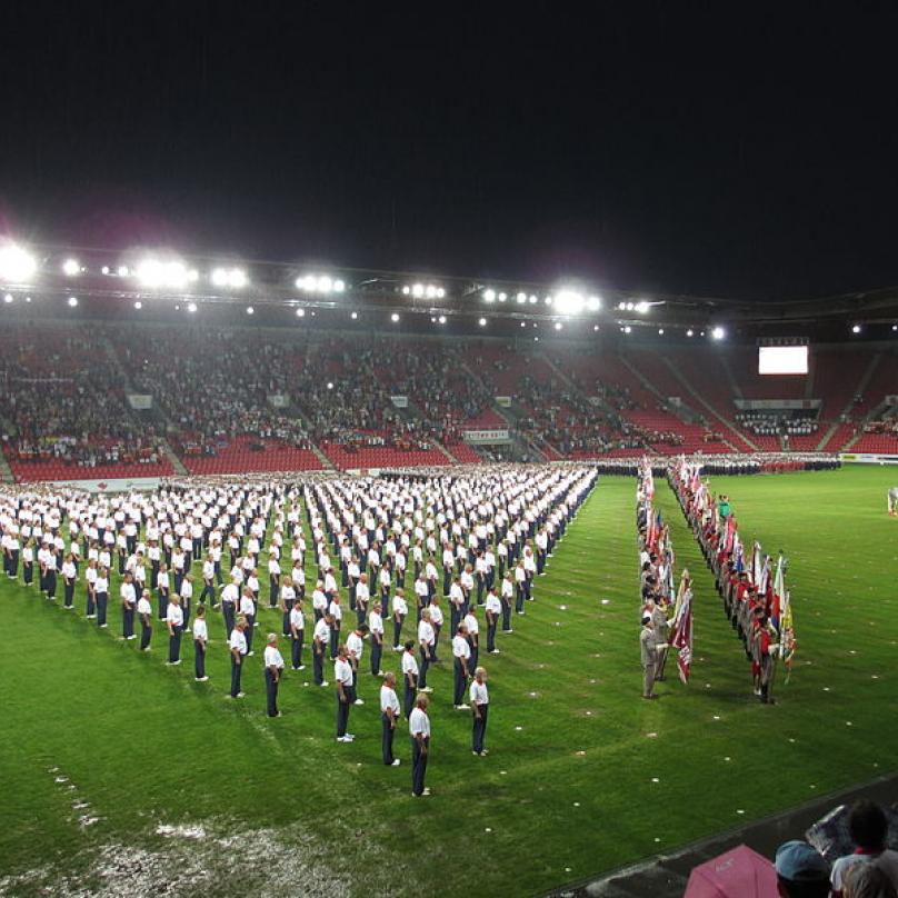 Formace cvičenců během zahajovacího ceremoniálu XV. všesokolského sletu v roce 2012