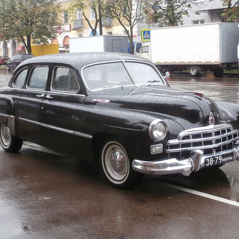 GAZ 12 ZIM - předchůdce luxusních modelů Čajka. Má špatnou pověst, neboť ho mj. využívala sovětská tajná policie.