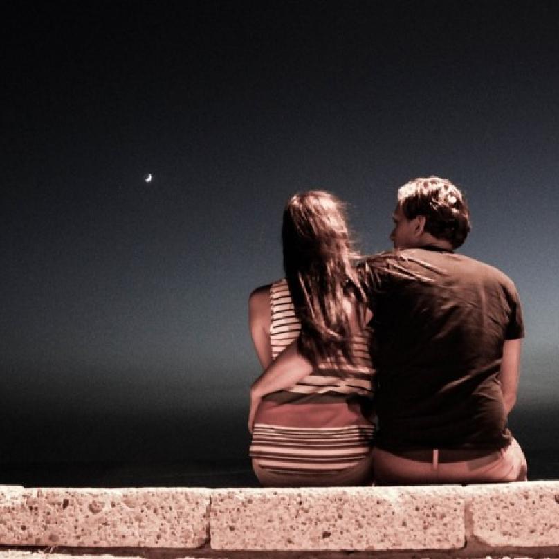 Sedět na zdi a čumět do tmy