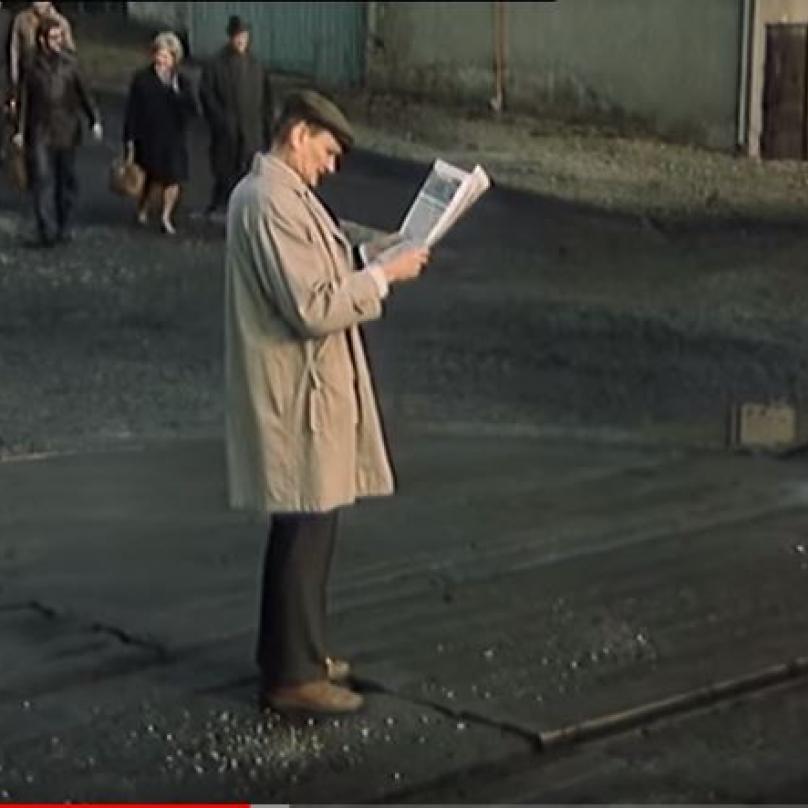 Hujer čtoucí denní tisk.