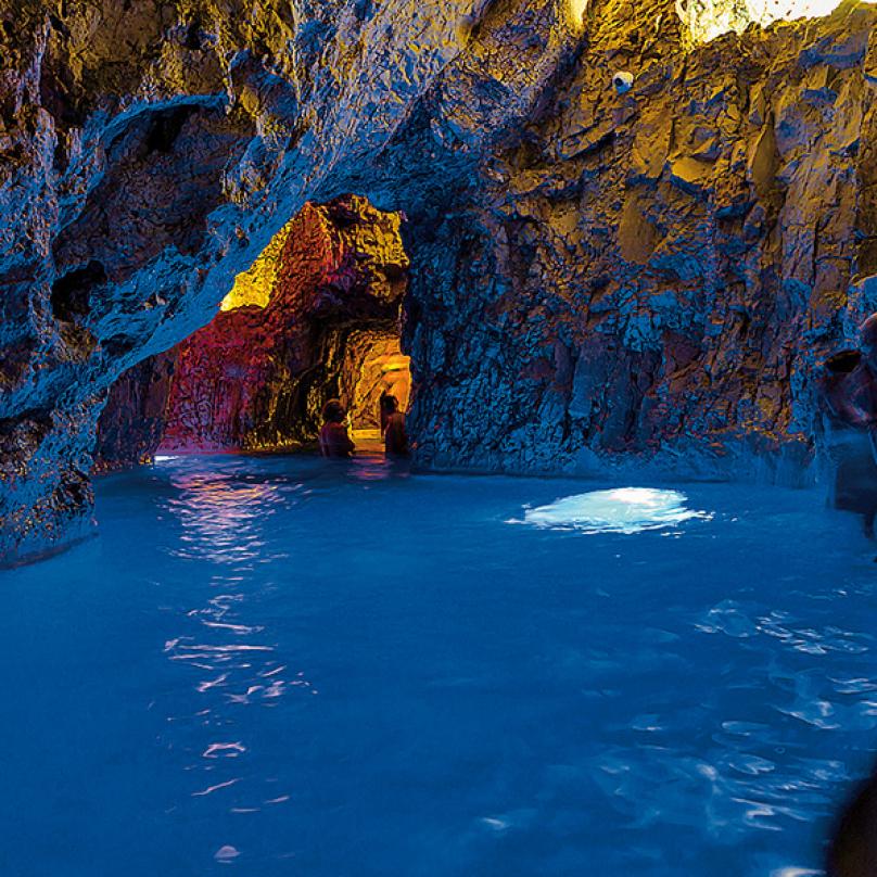 Jeskynní lázně Miskolctapolca – 150 metrů přírodních jeskynních tunelů stermální vodou. Vjednom zdómů je také kaple, kde se každou neděli konají mše.