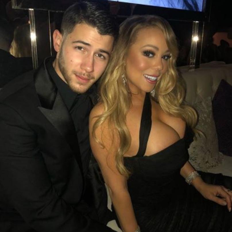 Popová dvojka: Nick Jonas se na párty po slavnostním ceremoniálu tulil k Mariah Carey.