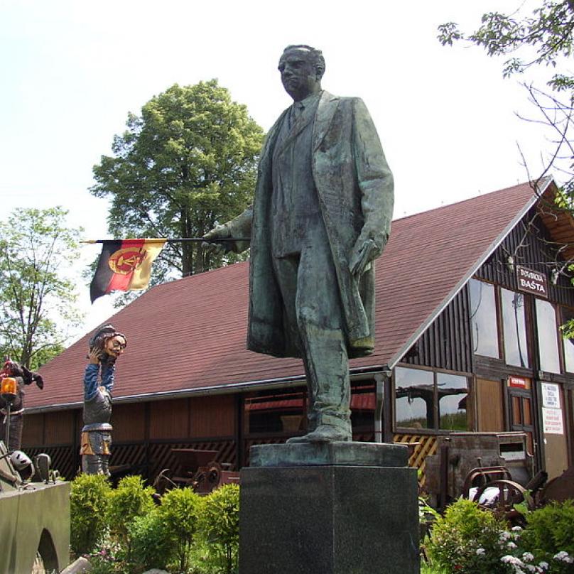 Bronzovou sochu Klementa Gottwalda mají v Doubici na Děčínsku.
