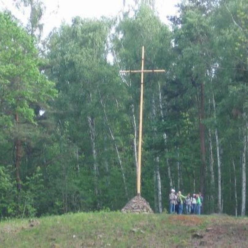 Kříž nazvaný Trnová koruna na kopci nad bývalou osadou Ležáky.