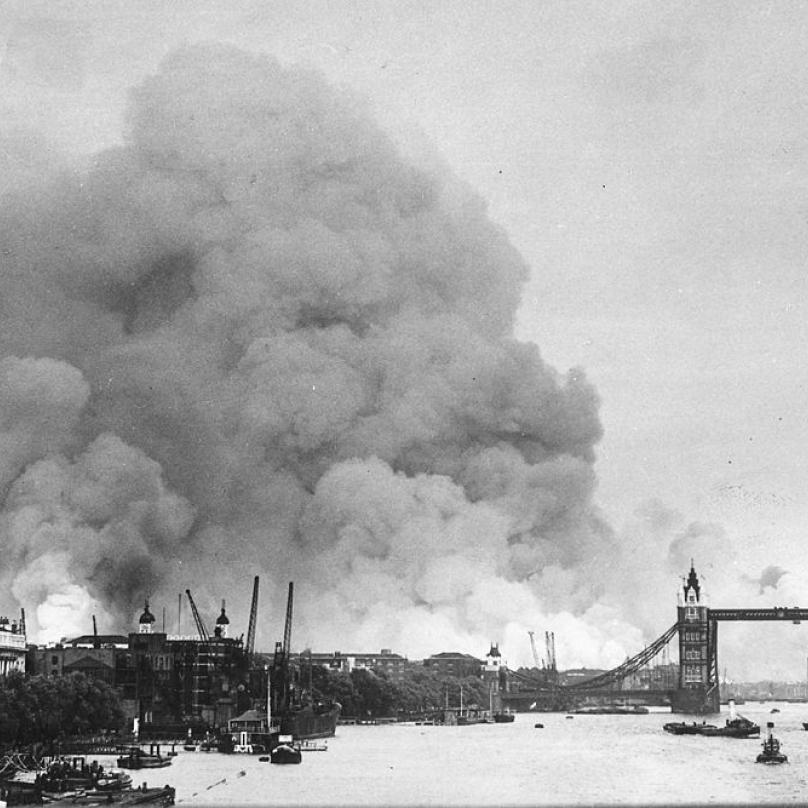 Dým nad Londýnem po německém náletu 7. září 1940