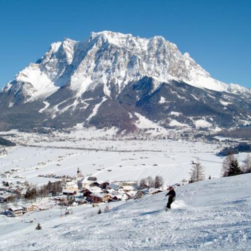 Přímo nad sjezdovkou se tyčí vrchol Zugspitze
