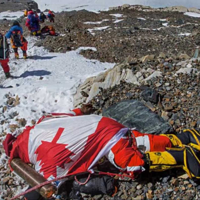 Cesta na vrchol je posetá mrtvolami nešťastných horolezců.