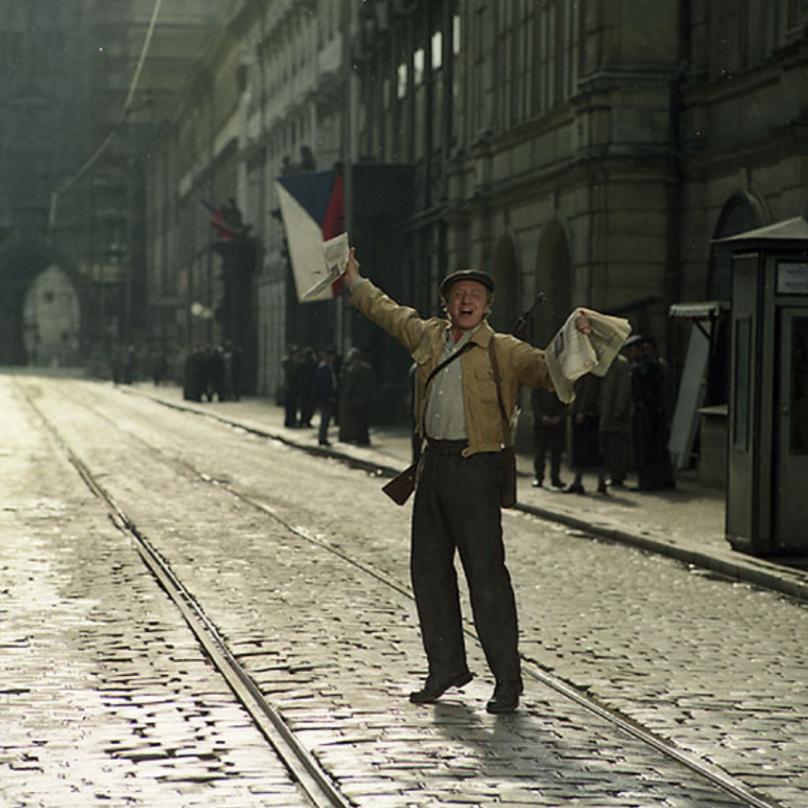 Budoucí ministr kultury Jandák vítá rudoarmějce ve filmu Osvobození Prahy.