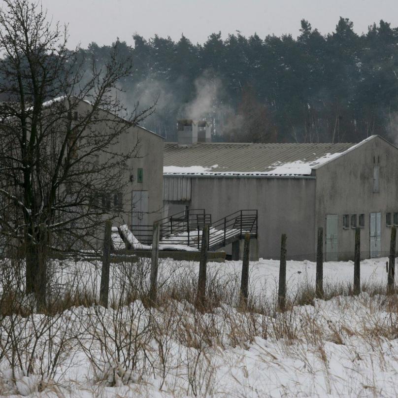 Koncentrační tábor v letech je téma, co žije už nesmírně dlouho. Na jeho místě stojí prasečák.