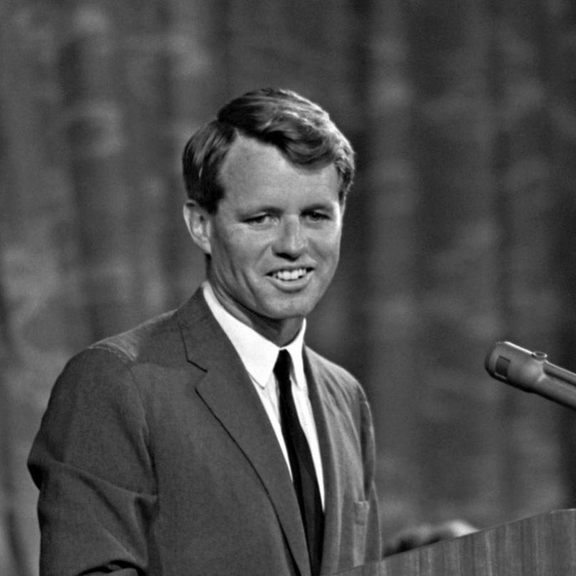 """Kennedy III je vnukem senátora Roberta """"Bobbyho"""" Kennedyho, takže nese odkaz milované americké rodiny."""