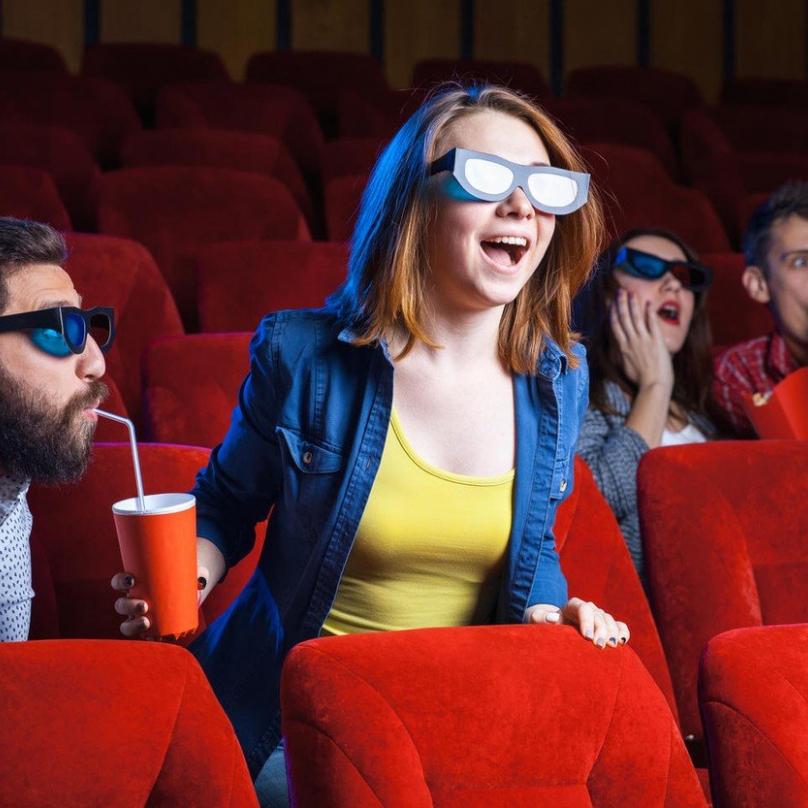 Schovejte se před láskou cizích lidí třeba v kině! Zrovna teď tam jedou věci, co vás fakt nedojmou, třeba Avengers.