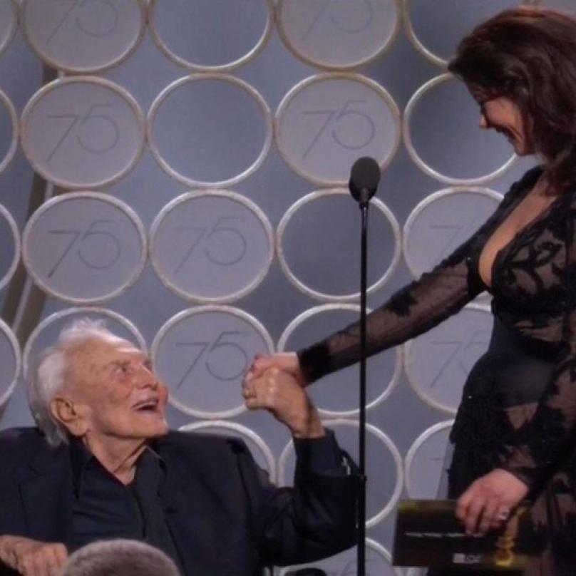 Dorazil i stojednaletý Kirk Douglas. Nesmrtelná legenda vystoupila na pódiu po boku své snachy Catherine Zety-Jones.