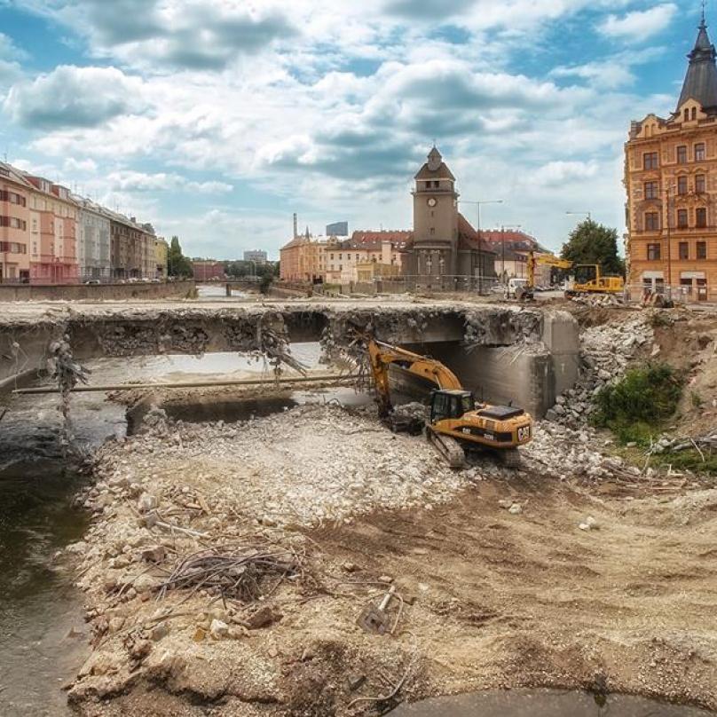 Demolice mostu v Olomouci.