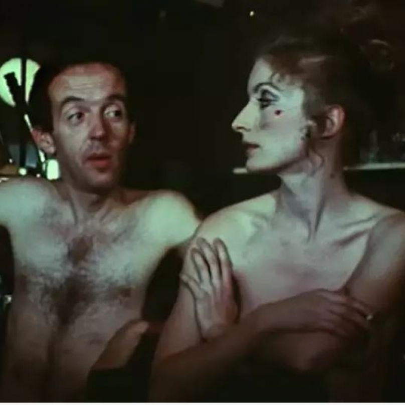 The Nude Restaurant (1967). Režie Andy Warhol. Na snímku Viva a Taylor Mead.