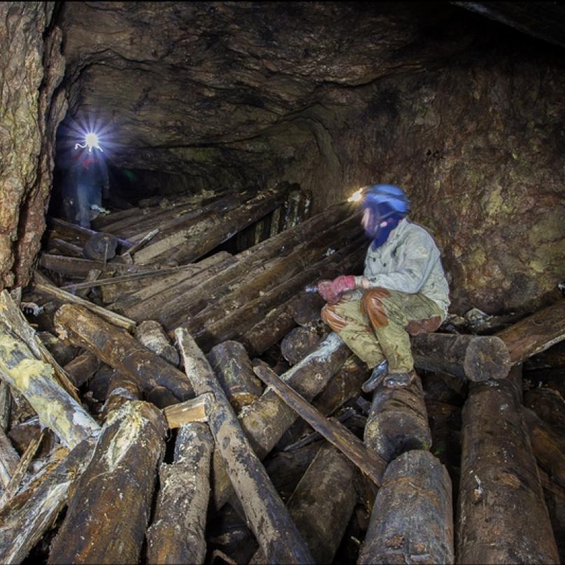Záchranáři v dole hledají přeživší