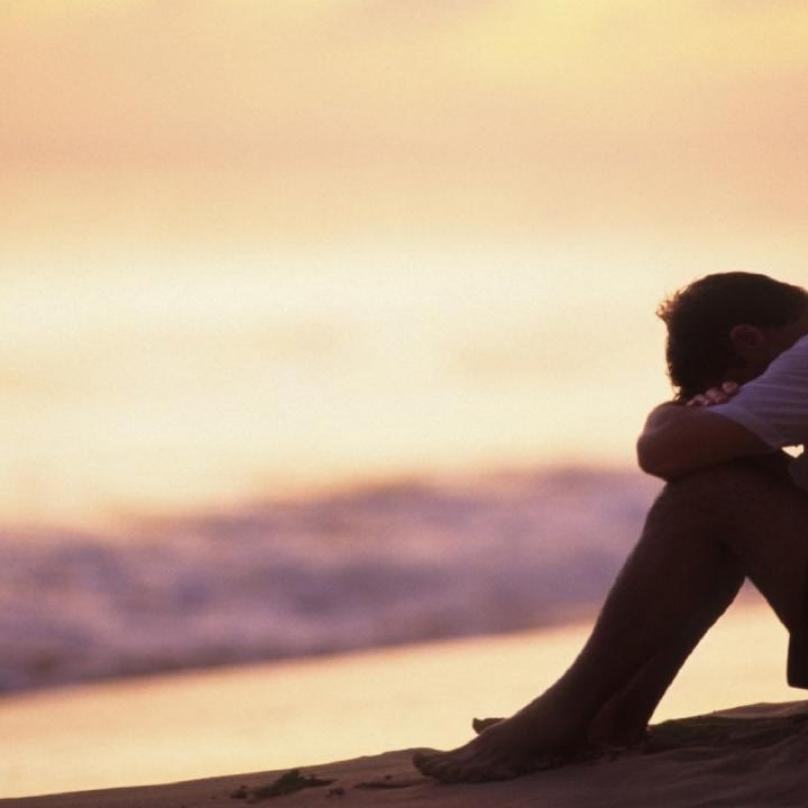 smutný chlap na pláži