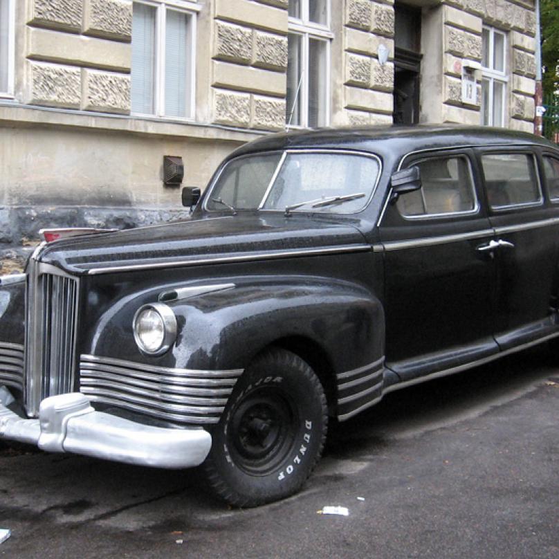 Státnická limuzína ZIS 110 byla vyráběna v letech 1945 až 1958. Inspirace Amerikou je patrná na první pohled.