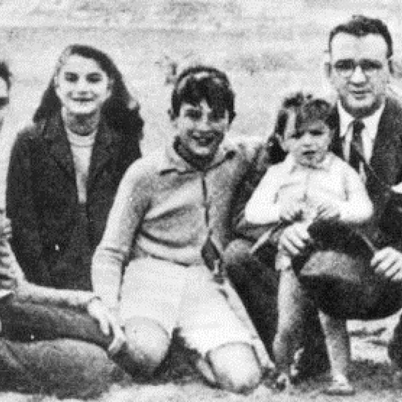 Mladý Che Guevara (vlevo) s rodiči a sourozenci.