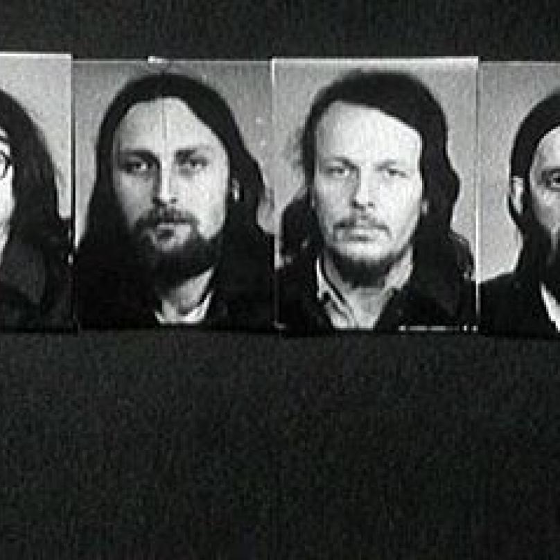 Ti praví vyvrhelové! Kromě Jirouse (vlevo) k dalším výrazným androšáckým tvářím rozhodně patřili Pavel Zajíček (druhý zleva) z DG 307, písničkář a duchovní Sváťa Karásek (druhý zprava) a Vráťa Brabenec (vpravo).