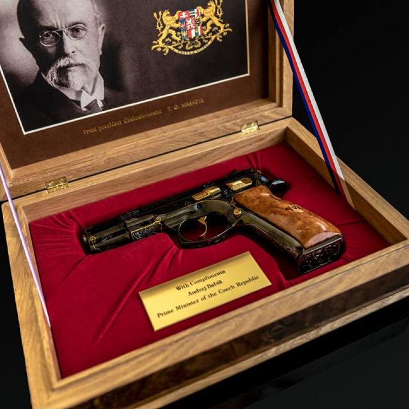 Babišovi přivezli do USA několik darů... Třeba tuto jubilejní pistoli pro Donalda Trumpa.