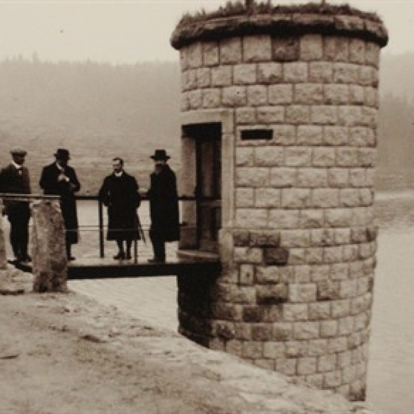 Historická fotografie napůl napuštěné přehrady jen pár měsíců před katastrofou.