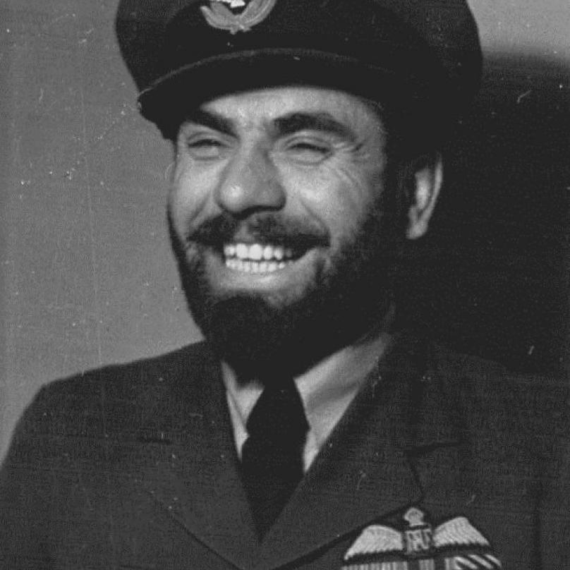Fajtl se svým typickým plnovousem. Československý pilot byl jediným neidickým letcem RAF, kterému byly vousy povoleny.