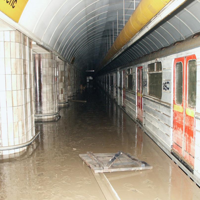 Nástupiště Florenc během povodní v roce 2002