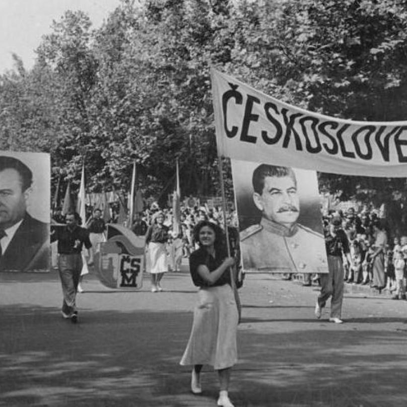 Vlevo na portrétu Gottwald, vpravo Stalin