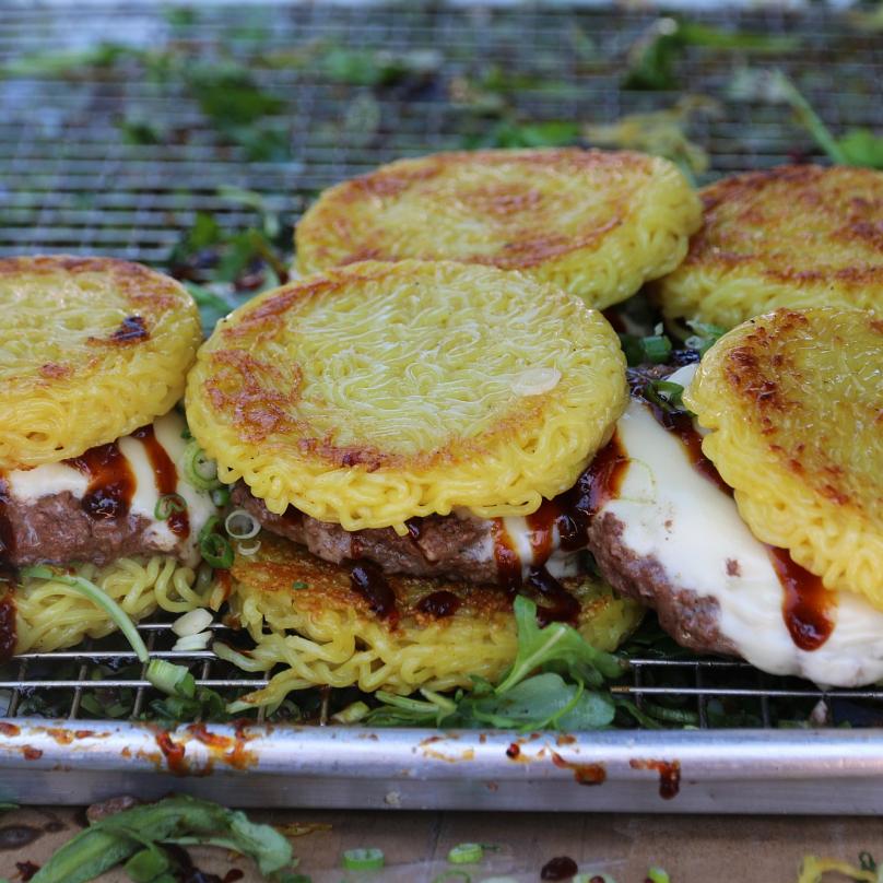 Burger s nudlemi – jednoduše překvapivá a překvapivě chutná fúze Západu a Východu