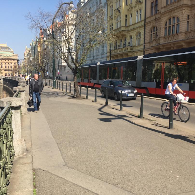 Chodník u Mánesa, kam cyklisté už nesmějí. Ráno jich po něm jezdí stovky. Paní na fotce jede po silnici, jak má.