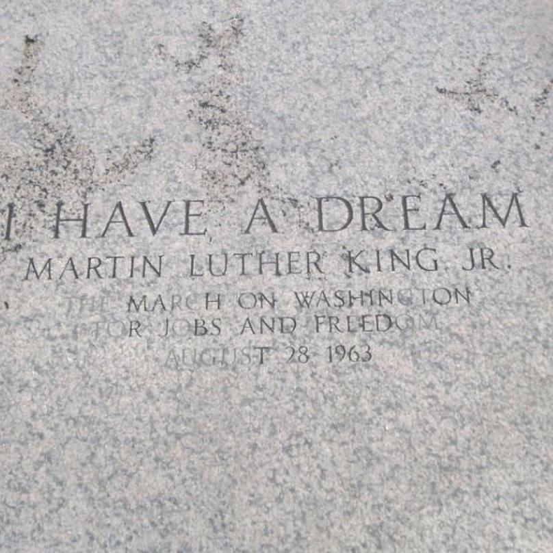 Pamětní plaketa, která je dnes umístěna na tom místě schodů Lincolnova památníků, kde King pronesl svá památná slova.