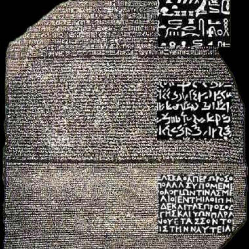 Rosettská deska objevená během Napoleonova tažení do Egypta se stala klíčem k rozluštění hierogylfů.
