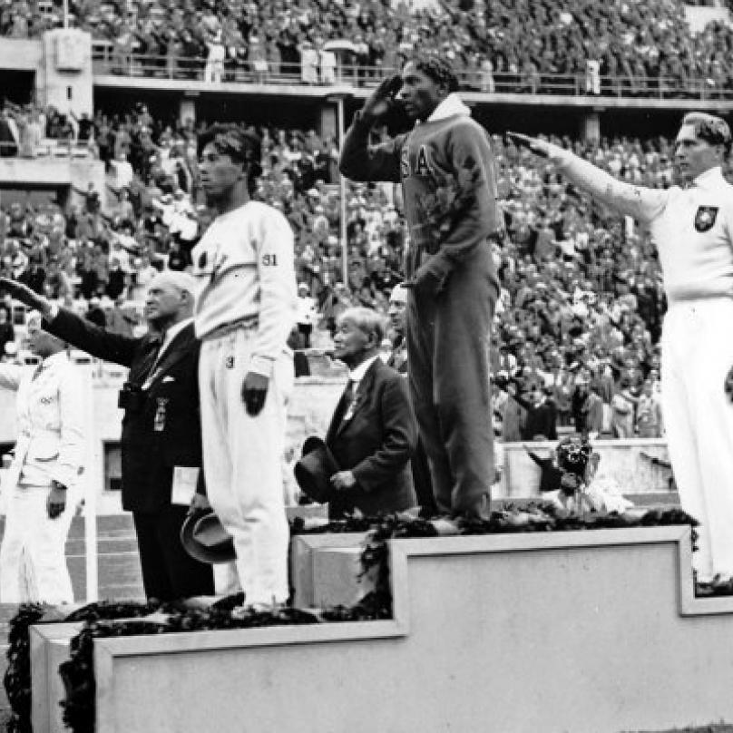 Owens stanul na stupních vítězů se zlatou medailí kolem krku celkem 4x. Tento rekord v úspěšnosti držel téměř 50 let.
