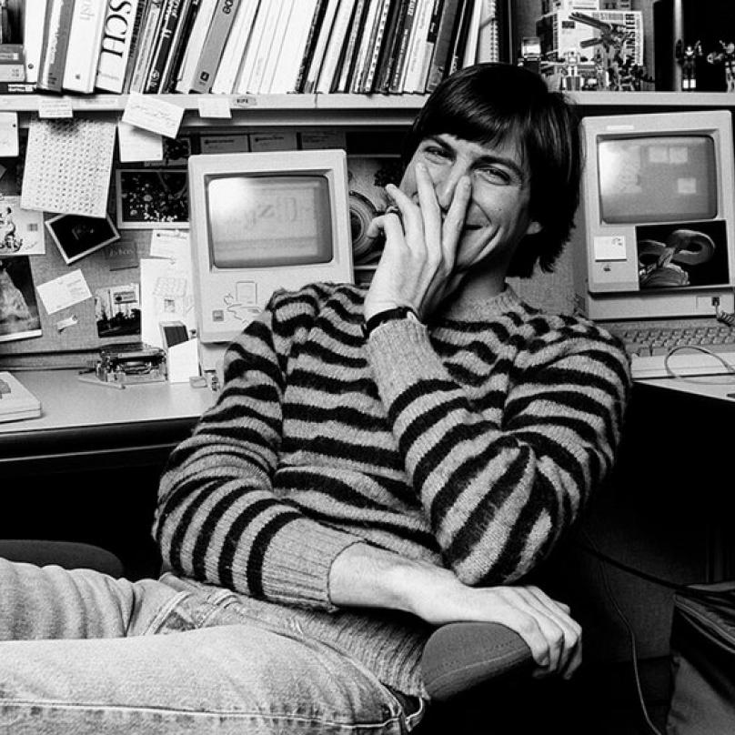 Steve Jobs. Zakladatel, výkonný ředitel a předseda představenstva firmy Apple a zároveň jedna z nejvýraznějších osobností počítačového průmyslu posledních čtyřiceti let. Zemřel 5. 10. 2011.